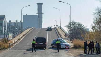 Control de Mossos a l'entrada del polígon on hi ha l'empresa Iqoxe, aquest dijous