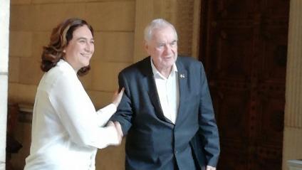 Colau i Maragall saludant-se ahir després de la reunió en què van desbloquejar l'acord del pressupost de Barcelona