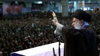Ali Khamenei saludant la multitud, ahir a Teheran