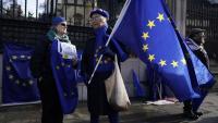 Manifestants contraris a la sortida del Regne Unit de la UE davant la seu del Parlament britànic, ahir