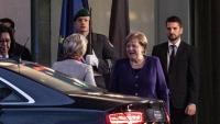 La cancellera Angela Merkel , saluda la presidenta de la CE, la també alemanya Ursula von der Leyen, ahir, a Berlín