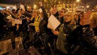 La marxa avançant per l'avinguda amb manifestants amb caretes de color groc amb els dies de protesta i concentrats cantant la cançó 'Meridiana Resisteix'