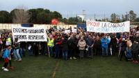 Els manifestants en el camp de futbol del barri de Bonavista, amb la petroquímica al darrera, en la protesta organitzada pels veïns per reclamar més seguretat arran de l'explosió a Iqoxe