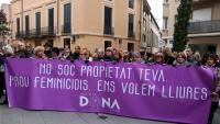 La pancarta en contra de l'assassinat masclista de Terrassa d'aquest dissabte al vespre durant la concentració de rebuig
