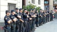 Agents de la Policía Nacional, davant de la façana de la prefectura de la Via Laietana