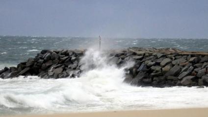 Onada picant a les roques a la platja de Mataró aquest diumenge