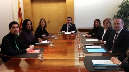 Reunió del Govern i els comuns per tancar l'acord dels pressupostos, amb Pere Aragonès i Meritxell Budó, Jèssica Albiach, Susanna Segovia i David Cid, al departament de Vicepresidència