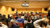 El judici va començar ahir a la secció 4a de l'Audiència de Girona. A la imatge, el públic de la sala i els encausats, situats a les dues primeres files