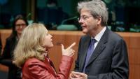 La ministra d'Economia espanyola, Nadia Calviño, parla amb el Comissari d'Economia europeu, Paolo Gentiloni