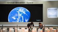 Unes treballadores preparen un dels espais on se celebrarà el Fòrum Econòmic Mundial
