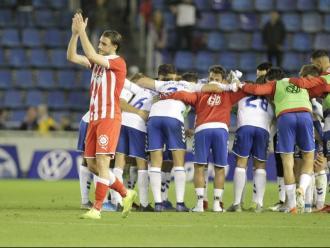 Ignasi Miquel aplaudeix, resignat, el suport dels aficionats gironins a Tenerife mentre els jugadors locals celebren la victòria