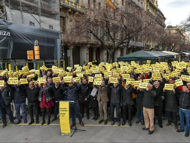Més d'un centenar llarg de presidents de federacions i dirigents esportius mostren una targeta groga al govern de la Generalitat en un acte de protesta davant la seu de la Conselleria d'Economia