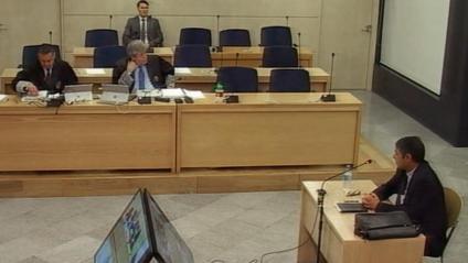 El major Trapero en la segona sessió del judici a l'Audiencia Nacional, ahir. A dalt, el correu al comissari López per fer el pla de detenció de Puigdemont