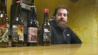 Francesc Casaponsa, a l'obrador on elabora la cervesa Poch's, a Castellfollit de la Roca