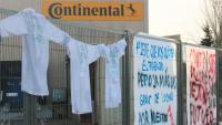 Pancartes de protesta a la tanca d'accés a la fàbrica de Continental de Rubí