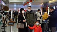 Una família xinesa amb mascareta a l'aeroport de Pequin