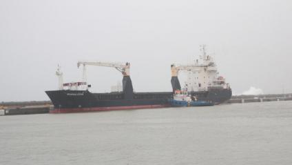 El mercant, amarrat ahir encara al moll comercial de Palamós, depassat per l'onatge
