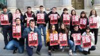 Joves d'ERC davant del Congrés