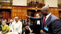 Abubacarr Tambadou, ministre de Justícia de Gàmbia saluda als rohingyes al Tribunal després de llegir la sentència