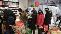 Habitants de Wuhan fent cues en un supermercat per comprar aliments