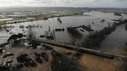 El pont de Verges sobre el riu Ter es troba totalment inundat