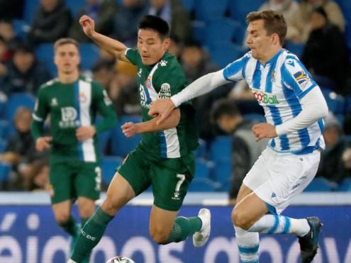Wu Lei lluitant per una pilota amb Llorente en el partit d'ahir