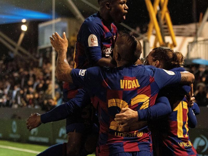 Els jugadors del Barça celebren la segona diana de Griezmann abraçant de manera efusiva el francès