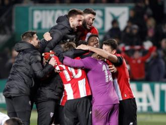 Els jugadors de l'Athletic celebren la seva classificació contra l'Elx després de la tanda de penals