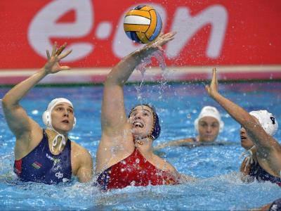 Paula Leitón , envoltada per jugadores hongareses