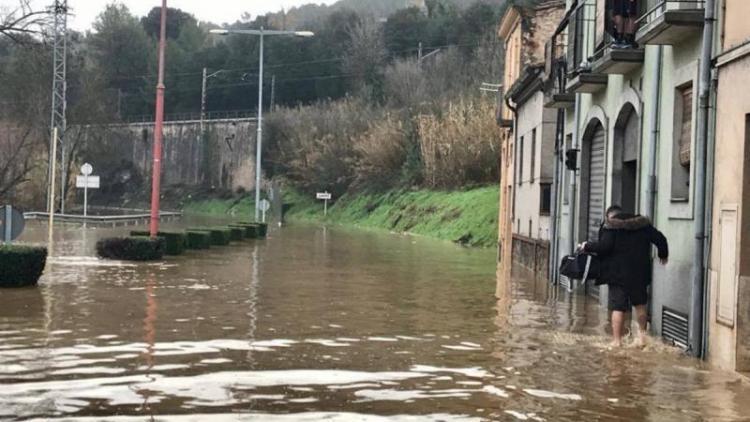 Accés al barri del Pont Major de Girona cobert d'aigua