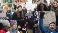 Greta Thunberg, al centre, amb altres activistes pel clima en un 'Friday for Future', ahir a Davos