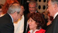El president José Montilla saluda Roser Rahola durant un homenatge a Jaume Vicens Vives, el 2010