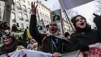 Manifestants contra el pla de reforma de les pensions, ahir a la plaça de la República de París