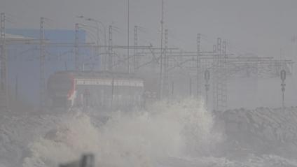 Les onades a tocar de la via del tren de la línia de la costa durant aquests dies de la tempesta 'Glòria'