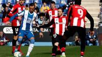 Raúl De Tomás rodejat de jugadors de l'Athletic Club en el partit d'aquest matí al RCDE Stadim.
