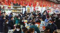 Un supermercat de Wuhan atapeït de gent comprant provisions arran de la quarantena