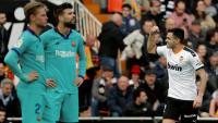 De Jong i Piqué amb cara de circumstàncies mentre Maxi Gómez celebra el gol