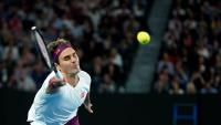Roger Federer fa una volea durant el partit contra Fucsovics