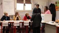 Una dona votant ahir a Bolonya en les eleccions