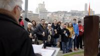 Participants a l'acte en memòria dels lleidatans deportats al camp de concentració al costat de l'escultura Fita