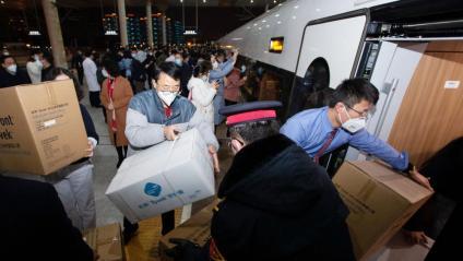 Personal sanitari envia des de Nanquín material per als hospitals de Wuhan, que està en quarantena pel coronavirus