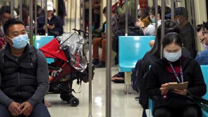 Usuaris de metro amb màscares per evitar contagi a Wuhan