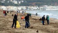 Voluntaris netegen la platja de l'Estartit després del temporal