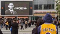 Desenes de persones en un homenatge a Bryant, ahir a la tarda. A la dreta, Kobe saluda LeBron James quan jugava als Miami Heat el 2014