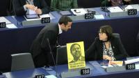 L'eurodiputada Diana Riba a l'Eurocambra amb un cartell amb la imatge de Junqueras