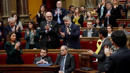 El president Quim Torra, aplaudit pels diputats de JxCat mentre els d'ERc es mantenien asseguts i sense aplaudir