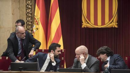 El president Torra  i el vicepresident Aragonès, ahir durant  el ple. A la dreta, Torrent s'adreça als membres  de la mesa de Cs i el PSC