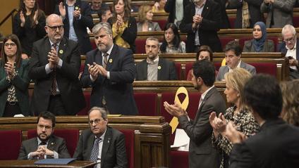Quim Torra aplaudit pels diputats de JxCat, drets, mentre els socis d'ERC resten asseguts, aquest dilluns al Parlament