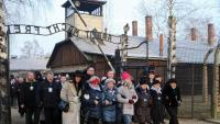 Supervivents i autoritats, entrant ahir a l'antic camp d'Auschwitz II-Birkenau per commemorar el 75è aniversari de l'alliberament dels presoners