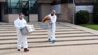 Els mossos s'emporten documents i objectes de l'escena del crim per analitzar-los